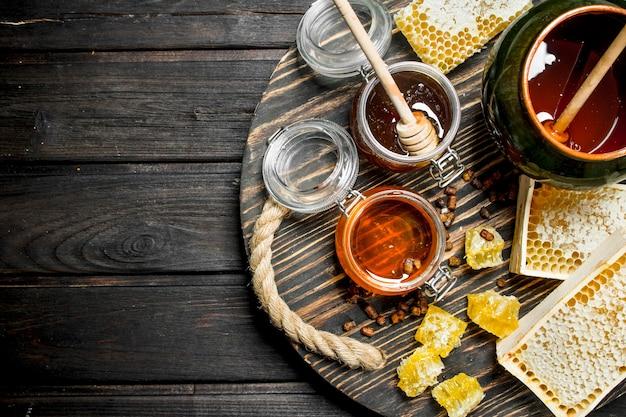 さまざまな種類の蜂蜜の品揃え。