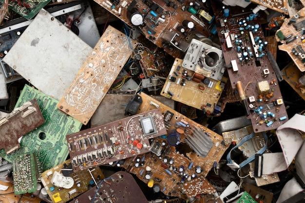 Ассортимент грязных сваленных предметов