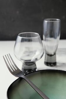 テーブルの上のエレガントな食器の品揃え