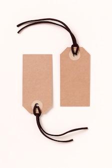 Ассортимент пустых картонных этикеток на бежевом фоне