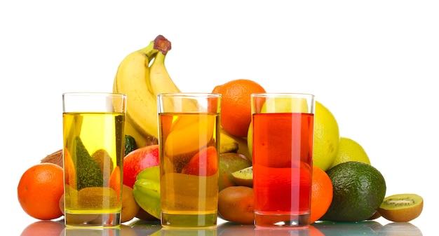 白で分離されたエキゾチックなフルーツやジュースの品揃え