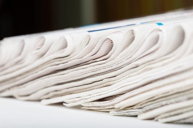 折りたたまれた新聞のクローズアップの品揃え。浅い被写界深度。