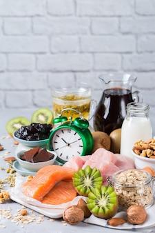 Ассортимент продуктов, богатых сном, которые стимулируют выработку гормона мелатонина и триптофана, которые нужно есть перед сном.