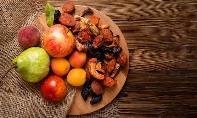 コピースペースと新鮮な秋の果物の品揃え