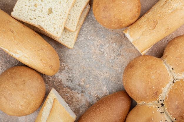 대리석 바탕에 신선한 빵의 구색