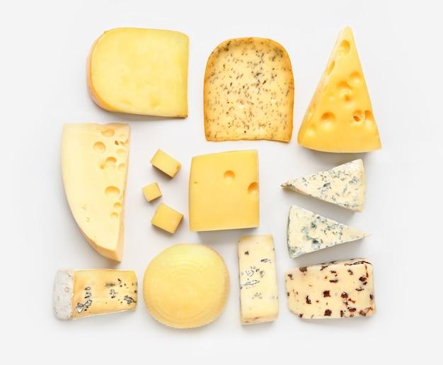 白い表面に新鮮なチーズの品揃え