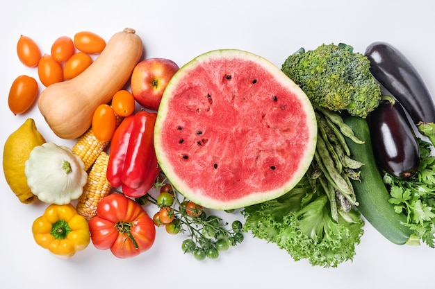Ассортимент свежих фруктов и органических разноцветных овощей радуги на белом фоне еда приготовления фона.