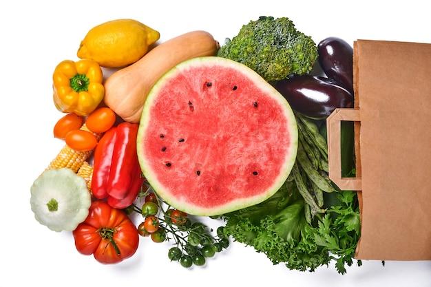 신선한 과일과 흰색 배경에 유기농 여러 가지 빛깔된 무지개 야채 구색 음식 배경 요리입니다.
