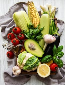 Ассортимент свежих фруктов и овощей на столе