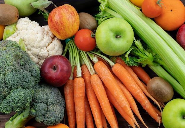 Ассортимент свежих фруктов и овощей