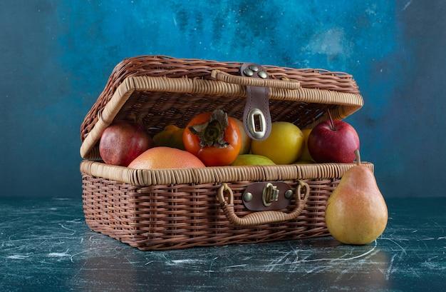 나무 가방에 신선한 과일의 구색입니다.