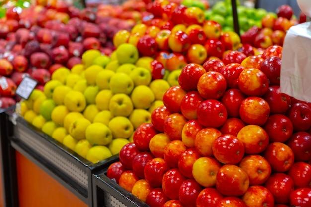スーパーマーケットのカウンターで新鮮な果物の品揃え