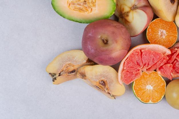 白いテーブルの上の新鮮な果物の品揃え。