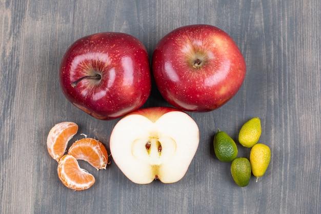 나무 표면에 신선한 과일의 구색