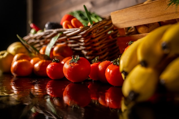 木製のテーブルに新鮮な野菜や果物の品揃え