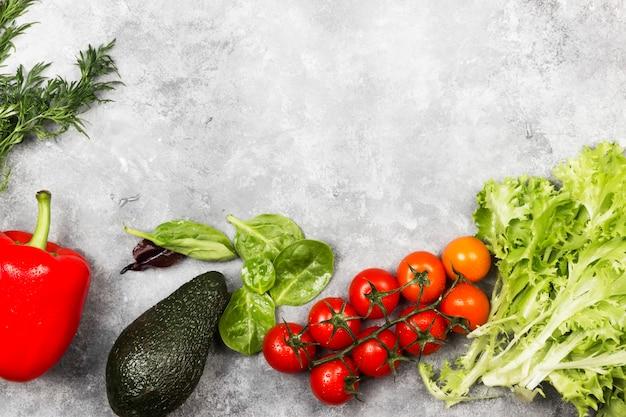 明るい背景に新鮮な野菜の盛り合わせ