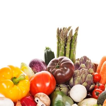 白い背景の上の新鮮な野菜の品揃え