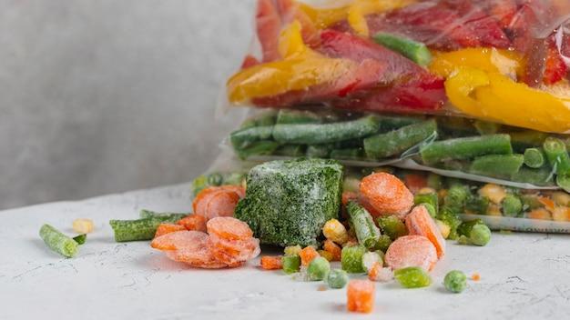 Ассортимент замороженных продуктов на столе