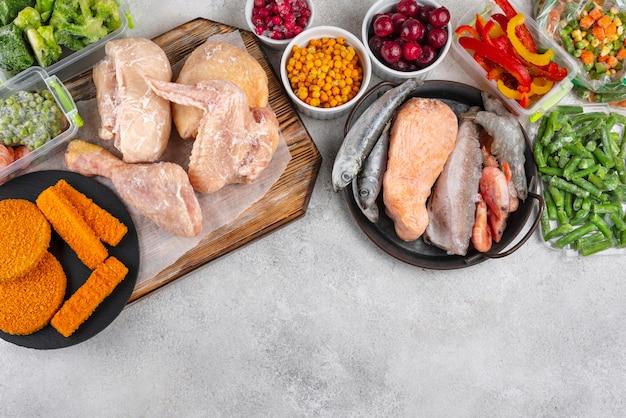 테이블에 냉동 식품의 구색