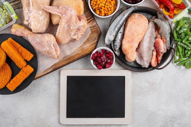 テーブルの上の冷凍食品の品揃え 無料写真