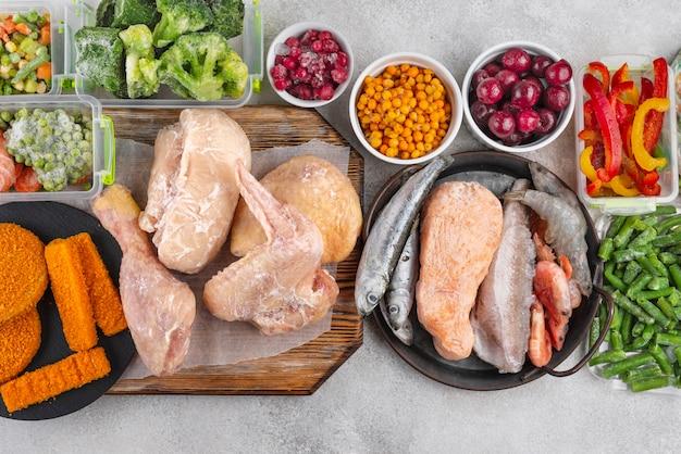 テーブルの上の冷凍食品の品揃え