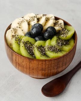 Ассорти из фруктов в миске