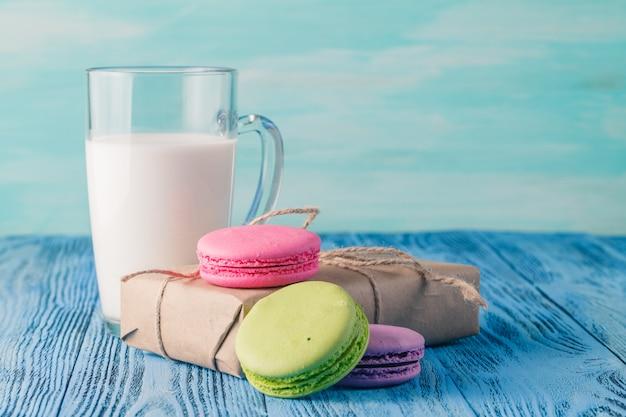 부드러운 다채로운 마카롱과 우유와 유리의 구색
