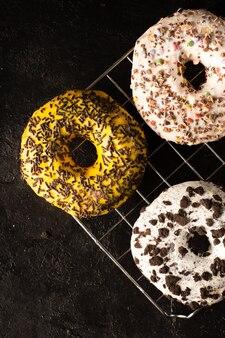 Ассорти глазированных пончиков с вкраплениями