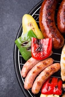 焼きソーセージ、肉、野菜の盛り合わせ。ピクニックバーベキューコンセプト