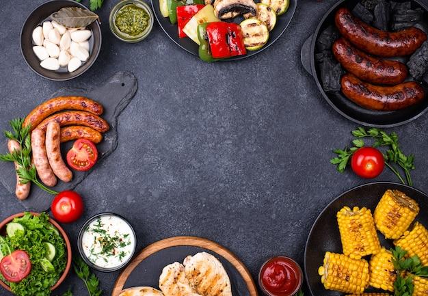 Ассортимент колбас-гриль, мяса и овощей. концепция барбекю для пикника