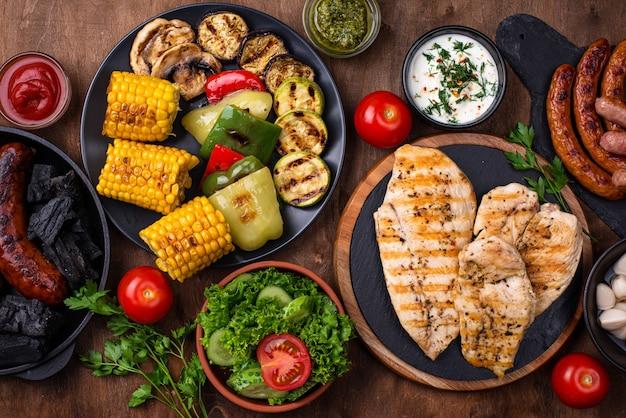 グリルソーセージ、肉、野菜の盛り合わせ。ピクニックバーベキューのコンセプト