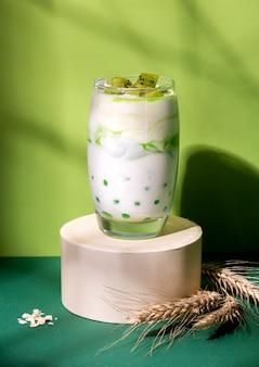 Ассортимент здорового завтрака с йогуртом