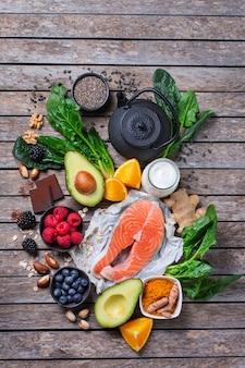 Ассортимент здоровой еды для хорошего самочувствия, суперпродуктов для снятия стресса, беспокойства, хронической усталости, снятия депрессии, снятия напряжения, для расслабления на кухонном столе. плоский фон вид сверху