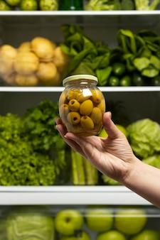 冷蔵庫の中の健康食品の品揃え