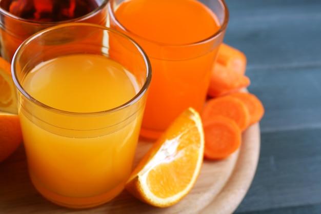나무 테이블에 건강 한 신선한 주스와 과일의 구색