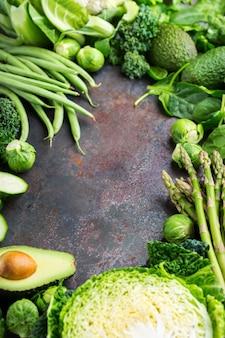 균형 잡힌 식사를 위한 건강에 좋은 유기농 녹색 채소 구색. 채식주의자, 채식주의자, 전체 음식, 식물 기반, 깨끗한 식사 개념. 공간 배경 복사