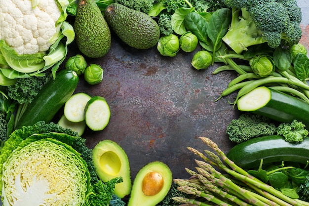 균형 잡힌 식사를 위한 건강에 좋은 유기농 녹색 채소 구색. 채식주의자, 채식주의자, 전체 음식, 식물 기반, 깨끗한 식사 개념. 상위 뷰 평면 위치 복사 공간 배경