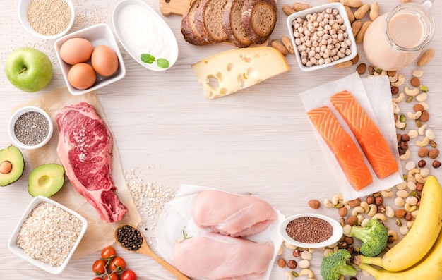 Ассортимент здоровых источников белка и продуктов для бодибилдинга. концепция диеты