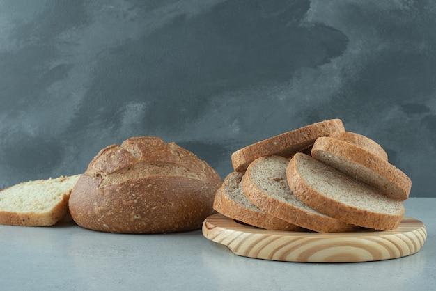 돌 테이블에 수제 빵의 구색