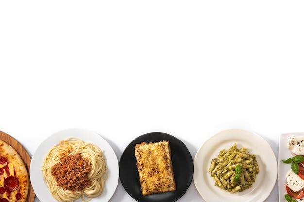 白で隔離されるイタリアのパスタ料理の品揃え