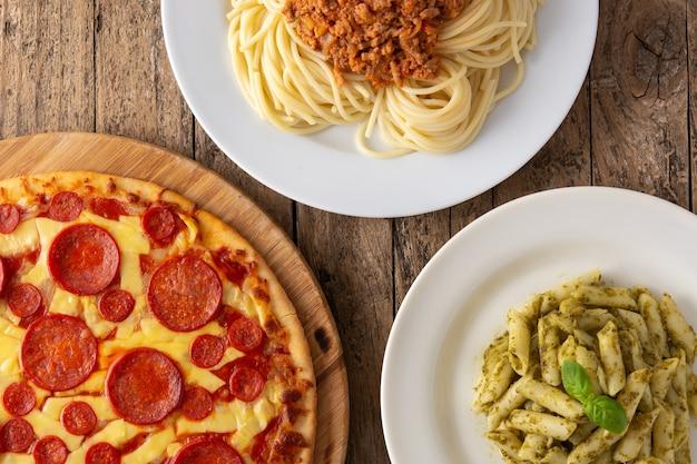 나무 테이블에 이탈리아 파스타 요리의 구색