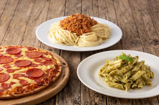 Ассортимент итальянских блюд из пасты на деревянном столе