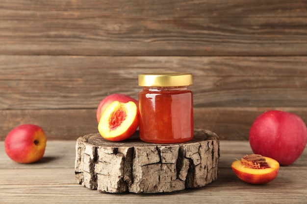 회색 배경에 다양한 잼, 신선한 제철 딸기, 과일. 평면도