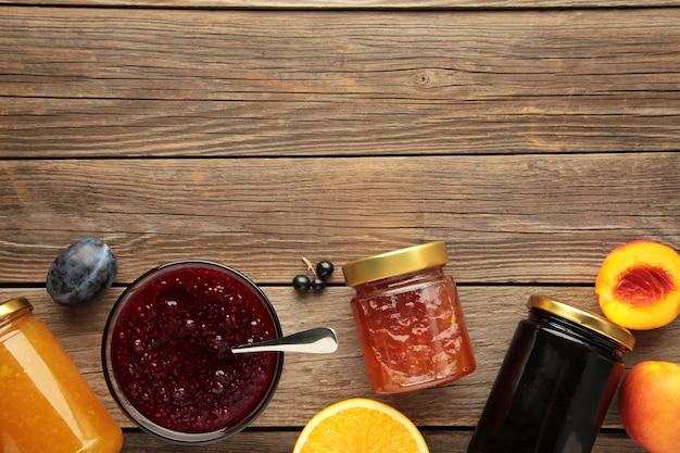 회색 배경에 복사 공간이 있는 다양한 잼, 제철 신선한 딸기, 과일.