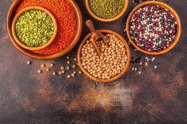 Ассортимент бобовых - чечевица, горох, маш, нут и разные бобы. вид сверху.