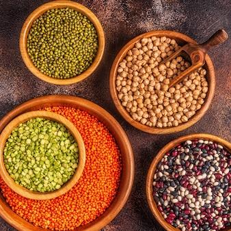 Ассортимент бобовых: чечевица, горох, маш, нут и разные бобы.