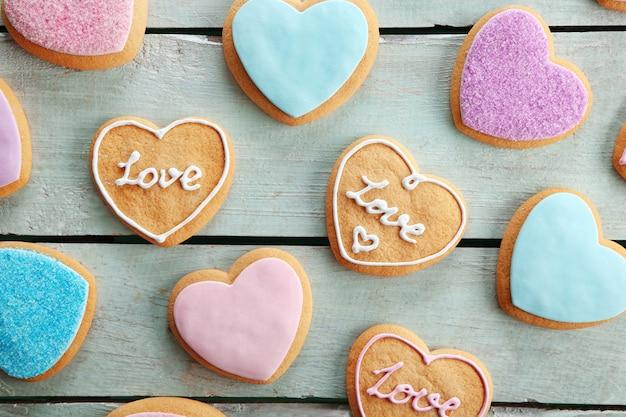 Ассортимент любовного печенья на синем фоне деревянного стола