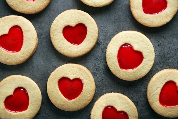 회색 표면에 다양한 사랑 쿠키
