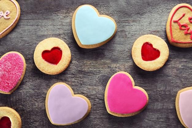 Ассортимент любовного печенья на деревянных фоне