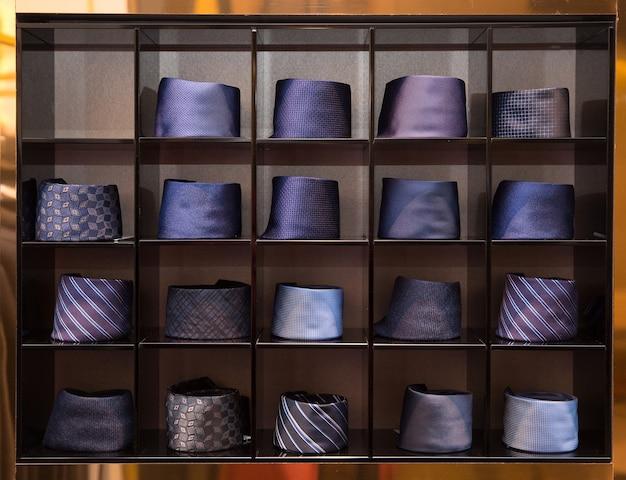 店の棚の男のネクタイの品揃え。